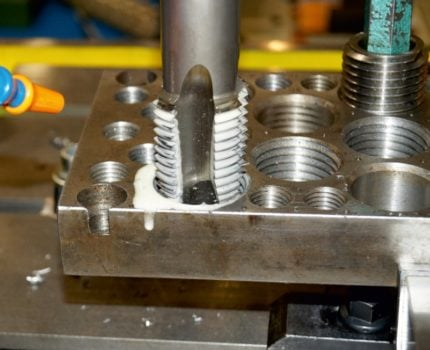 Sposób obliczania koniecznego momentu obrotowego przy nacinaniu gwintu w celu doboru odpowiedniej maszyny i sposobu obróbki