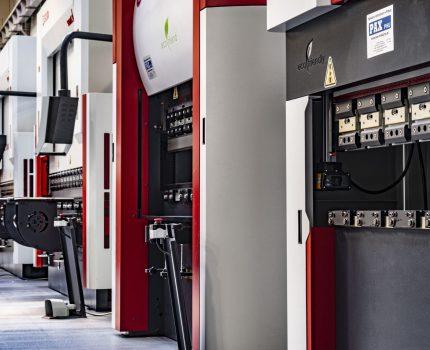 Jakie korzyści niesie wdrożenie elektrycznych pras krawędziowych na linie produkcyjne?